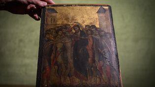 """Une photo prise le 23 septembre 2019 du tableau intitulé """"Le Christ moqué"""" par l'artiste florentin Cenni di Pepo, aussi connu sous le nom de Cimabue. (PHILIPPE LOPEZ / AFP)"""