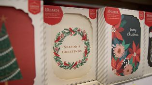 Des cartes de Noël dans un magasin de Chicago (Etats-Unis), le 13 décembre 2017.  (SCOTT OLSON / GETTY IMAGES NORTH AMERICA / AFP)