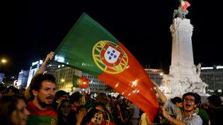 A Lisbonne, les supporters de la Seleçao fêtent la victoire de leur équipe place Marques de Pombal, le 10 juillet 2016. (PATRICIA DE MELO MOREIRA / AFP)