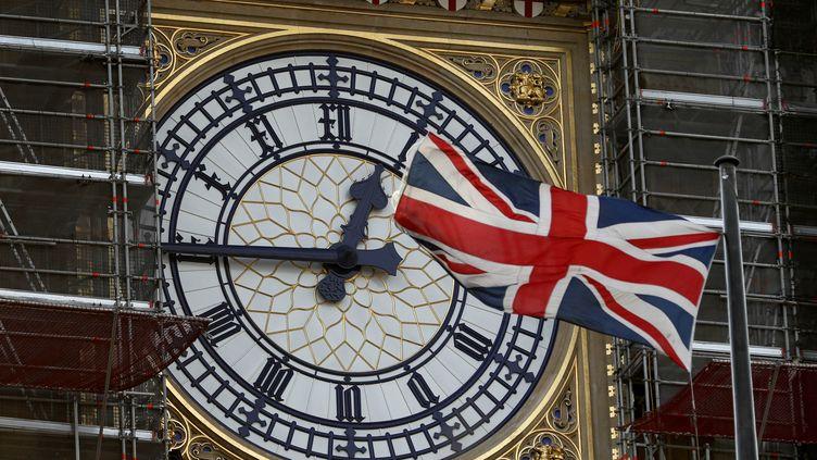 Un drapeaubritannique sur les échafaudagesinstallés pour restaurer Big Ben, le 7 janvier 2020, à Londres. (ADRIAN DENNIS / AFP)