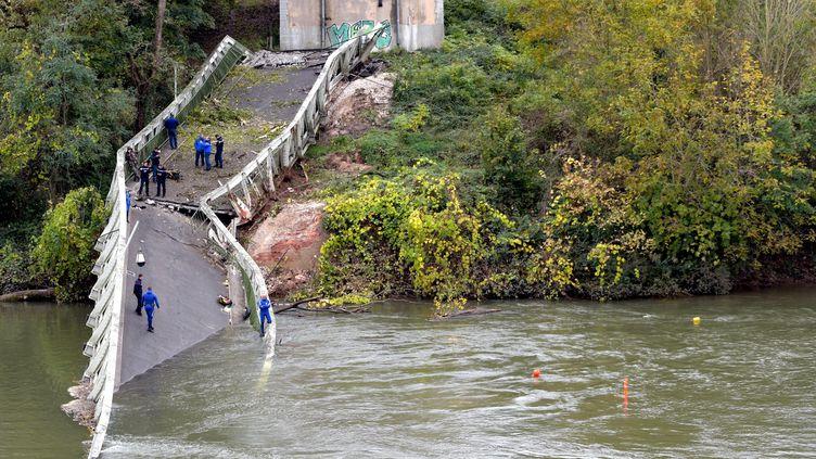 Le pont de Mirepoix-sur-Tarn s'est effondré le 18 novembre 2019, deux personnes ont été tuées. (NATHALIE SAINT-AFFRE / MAXPPP)