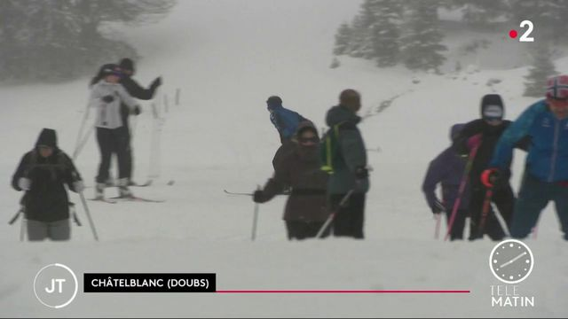 Massif du Jura : la neige tombe enfin et rassure les vacanciers