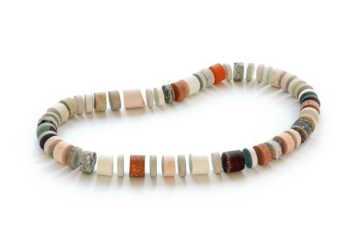 LeMusée des Arts Décoratifs participeà l'édition 2020 du Parcours Bijoux : un collier en céramiqueJulieDecubber (Julie Decubber)