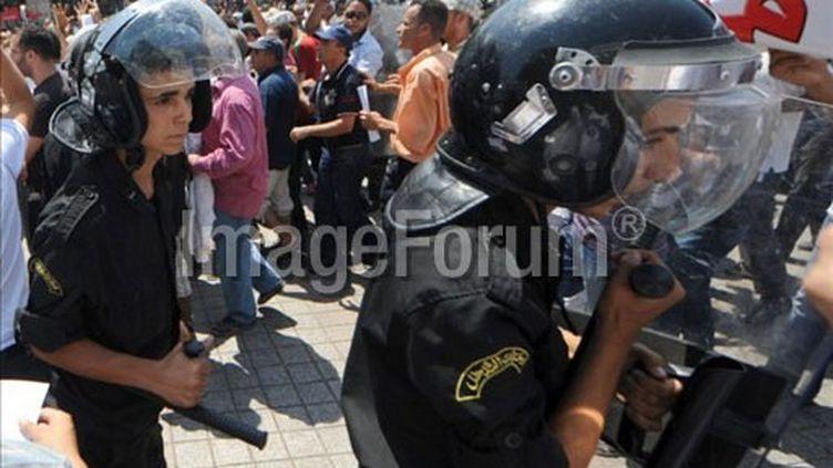 La police tunisienne encadre une manifestation anti-gouvernementale à Tunis le 15 août 2015 (AFP/FETHI BELAID)