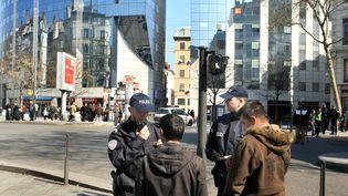 A Lyon (Rhône), des policiers procèdent à un contrôle d'identité, le 22 mars 2011. (PHILIPPE JUSTE / LE PROGRES / MAXPPP)
