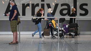 Des voyageurs arrivent à l'aéroport de Heathrow à Londres (Royaume-Uni), le 3 juin 2021. (DANIEL LEAL-OLIVAS / AFP)