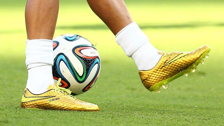 Des chaussures de football de la marque Nike, aux pieds du footballeur brésilien Neymar, le 4 juillet 2014. (KIERAN MCMANUS / BACKPAGE IMAGES LTD / AFP)