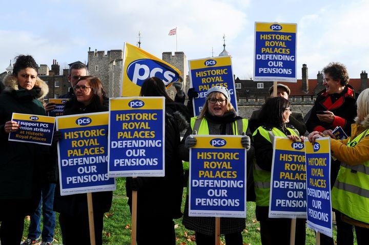 Des gardes de la tour de Londres manifestent devant le monument historique, au Royaume-Uni, le 21 décembre 2018. (DANIEL SORABJI / AFP)