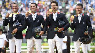 Karim Laghouag, Mathieu Lemoine, Astier Nicolas et Thibaud Vallette, champions olympiques par équipe de concours complet, le 9 août 2016 à Rio. (JOHN MACDOUGALL / AFP)