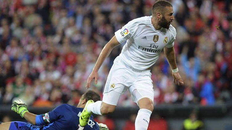Karim Benzema laisse le gardien de but à terre