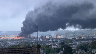 L'usine Lubrizol, classée Seveso, ravagée par les flammes, le 26 septembre 2019. (JEAN-JACQUES GANON / AFP)
