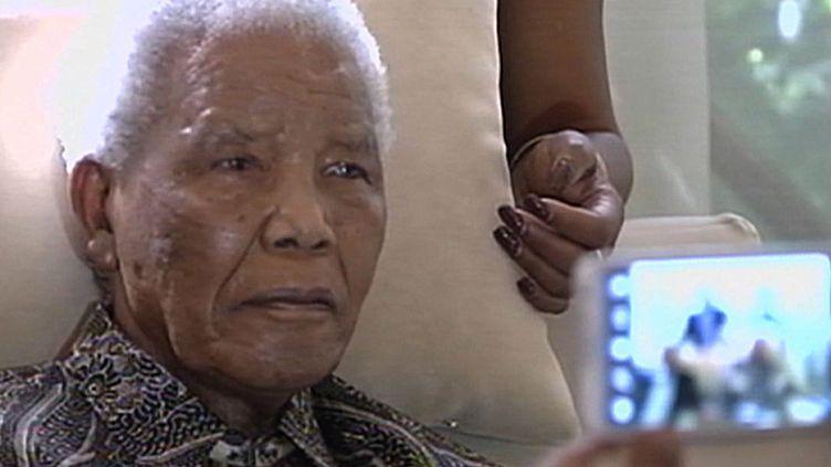 Nelson Mandela, 94 ans, à son domicile de Johannesbourg (Afrique du Sud), le 29 avril 2013. (SABC / AFP)