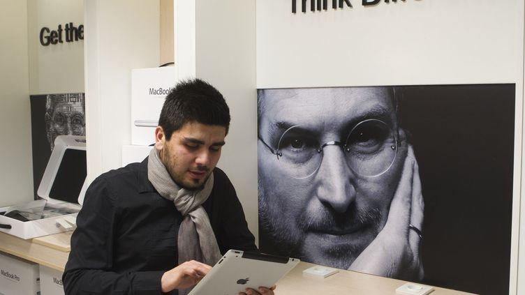 En Europe, le chiffre d'affaires d'Apple a grimpé de 55 % malgré la crise. (MORTEZA NIKOUBAZL / REUTERS)
