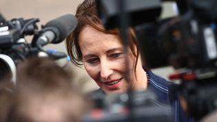 Ségolène Royal, ambassadrice des pôles entourée d'une nuée de journalistes. (MAXPPP)
