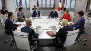 Les sept dirigeants du G7 autour de la table à Biarritz le dimanche 25 août 2019. (PHILIPPE WOJAZER / POOL AFP)