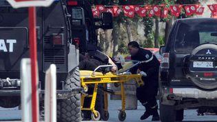 Une personne blessée est évacuée après l'attaque dudu musée du Bardo, à Tunis (Tunisie), le 18 mars 2015. (SALAH HABIBI / AFP)