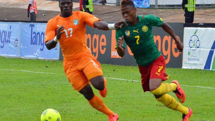 L'ivoirien Serge Aurier et le Camerounais Clinton Njie au duel.