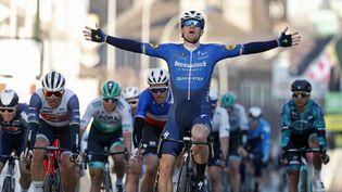 Sam Bennett remporte la première étape du Paris-Nice au sprint le 7 mars 2021 à Saint-Cyr-l'Ecole (Yvelines). (BAS CZERWINSKI / AFP)