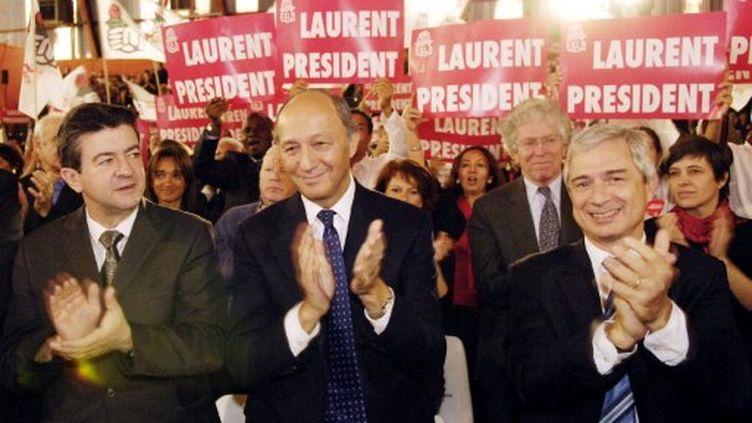 Laurent Fabius (avec à sa droite Jean-Luc Mélenchon) lors de la primaire de 2006 (STEPHANE DE SAKUTIN / AFP)