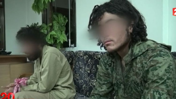 Capture d'écran montrant deux prisonniers jihadistes de l'Etat islamique détenus par des combattants kurdes àà la frontière irako-syrienne àSemalka en mars 2015. ( FRANCE 2)