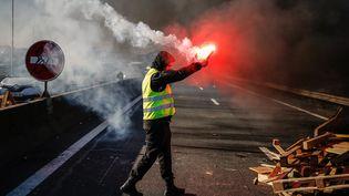 """Un manifestant participant à la mobilisation des """"gilets jaunes"""" surle périphérique près de Caen (Calvados), le 18 novembre 2018. (CHARLY TRIBALLEAU / AFP)"""