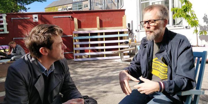 Morten Goll, (à droite) directeur de l'association Trampoline et Jean-Mathieu Pernin, à Copenhague (Danemark). (JEAN-MATHIEU PERNIN / RADIO FRANCE)