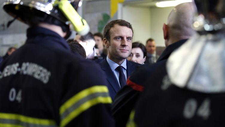 Emmanuel Macron, le 18 février 2017, dans une caserne de pompiers de Manosque (Alpes-de-Haute-Provence). (MAXPPP)