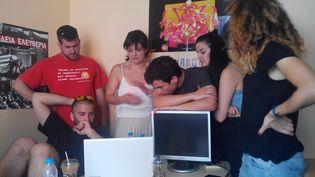 Les jeunes militants de Syriza écoutent le discours du premier ministre grec Alexis Tsipras dans leurs locaux. (ELISE LAMBERT/FRANCETV INFO)