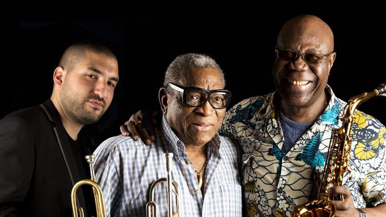 """Au centre, Ernesto """"Tito"""" Puentes, parrain du festival, avec à gauche son invité Ibrahim Maalouf. A droite, Manu Dibango, autre tête d'affiche de """"Tempo Latino"""".  (Alexandre Lacombe)"""