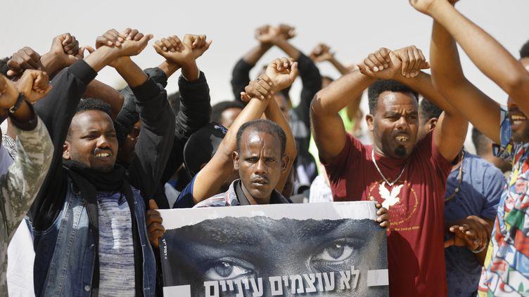 Des migrants africains manifestent près de la prison deSaharonim (Israël), le 22 février 2018. (MENAHEM KAHANA / AFP)