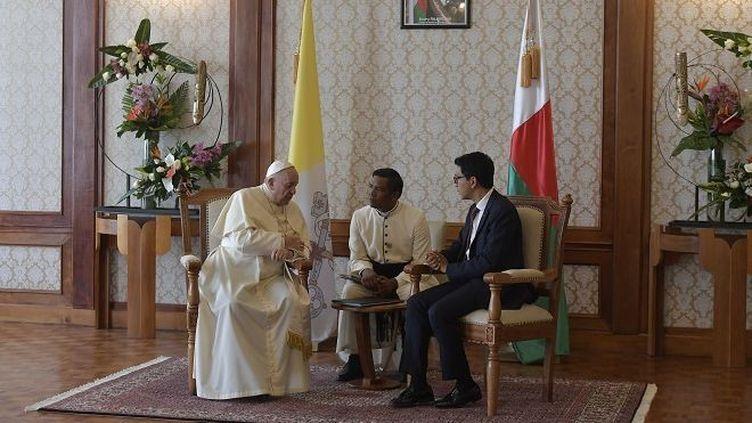 Le pape François et le président malgache, Andry Rajoelina, au palais d'Iavoloha. (HANDOUT / VATICAN MEDIA / AFP)