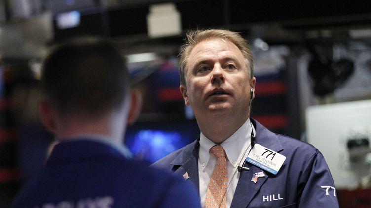 Des traders à la Bourse de NewYork, le 13 avril 2012. (REUTERS / BRENDAN MCDERMID)