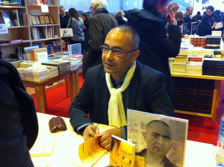 """Kamel Daoud dédicace son dernier roman, """"Meursault, contre-enquête"""" Actes Sud) (ANNE BRIGAUDEAU / FRANCETV INFO)"""