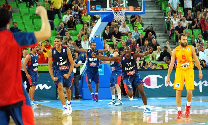 Les Bleus explosent de joie après leur victoire contre l'Espagne, en demi-finale de l'Eurobasket, le 20 septembre 2013, à Ljubljana (Slovénie). (ANDREJ ISAKOVIC / AFP)