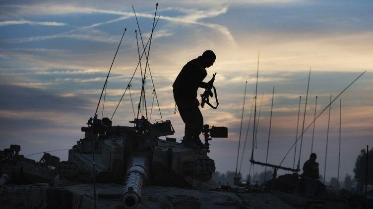 Un soldat israélien à la frontière avec la bande de Gaza, le 21 novembre 2012. (MENAHEM KAHANA / AFP)