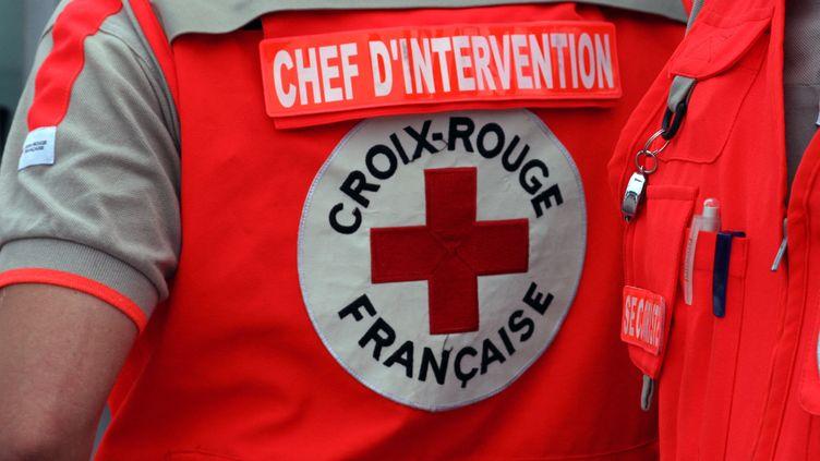 Un bénévole de la Croix-Rouge française, en juillet 2008. (CATHERINE GRAIN / COMMUNICATION)