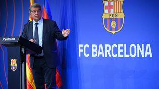 Le président du FC Barcelone Joan Laporta, en conférence de presse, le 16 août 2021. (LLUIS GENE / AFP)