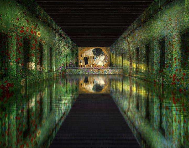 """Simulation : Gustav Klimt, """"Jardin paysan avec fleurs de tournesol (détail), vers 1907, Vienne, Österreische Galerie Belvedere, """"Arbres fruitiers à Attersee"""", 1901, détail, Collection privée, """"Champ de coquelicots"""", 1907 (détail), Österreische Galerie Belvedere (© Culturespaces - Nuit de Chine ; © akg-images ; © akg-images / Erich Lessing ; © Heritage Images / Fine Art Images / akg-images)"""