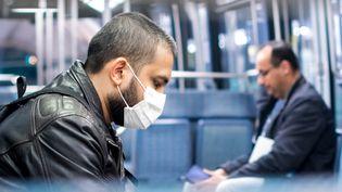 Des passagers portent un masque dans le métro à Paris, le 8 avril 2020. (ST?PHANE FERRER YULIANTI / HANS LUCAS / AFP)