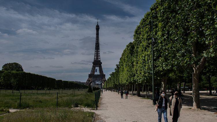 Le Champ de Mars à Paris, le 13 mai 2020. (MARTIN BUREAU / AFP)