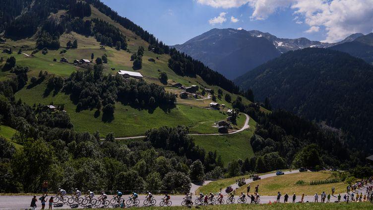 Le peloton du Tour de France lors de la 11e étape entre Albertville et La Rosière, le 18 juillet 2018. (PHILIPPE LOPEZ / AFP)