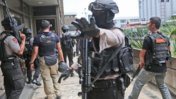 Un policier indonésien à proximité des lieux où des terroristes ont perpétré un attentat meurtrier, jeudi 14 janvier 2016 à Jakarta (Indonésie). (TATAN SYUFLANA / AP / SIPA)