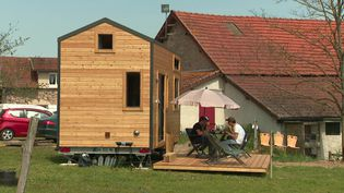 Une Tiny house d'AgriVillage installée dans l'Allier. (CAPTURE D'ÉCRAN FRANCE 3)