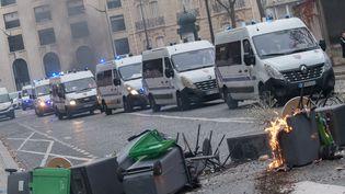 """Des cars de CRS dans les rues de Paris, le 8 décembre 2018, lors d'une nouvlle journée de mobilisation des """"gilets jaunes"""". (ESTELLE RUIZ / AFP)"""