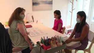 Une graphoéducatrice aide les enfants à mieux écrire. (FRANCEINFO)