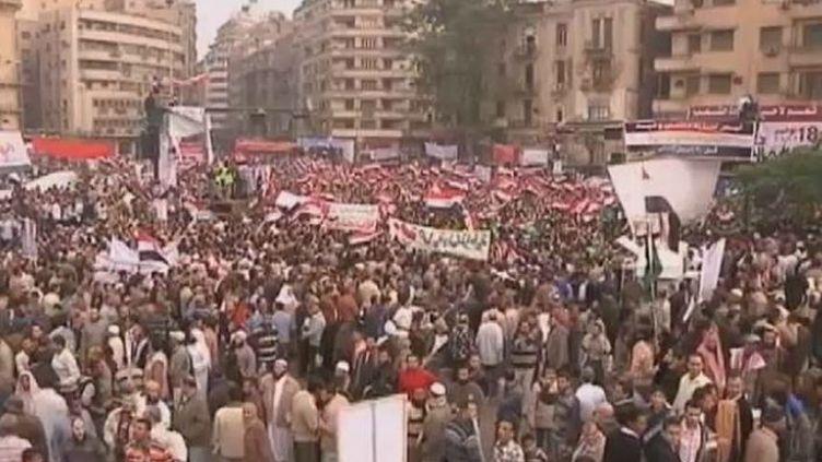 Des milliers de manifestants rassemblés Place Tahir, au Caire (Egypte), le 18 novembre 2011. (Capture Reuters)