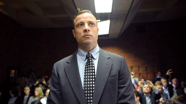 L'athlète Oscar Pistorius devant le tribunal de Pretoria (Afrique du Sud), le 4 juin 2013, après avoir tué sa petite amie Reeva Steenkamp. (ALEXANDER JOE / AFP)