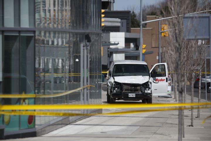La camionnette qui a foncé dans la foule à Toronto (Canada), lundi 23 avril 2018. (COLE BURSTON / GETTY IMAGES NORTH AMERICA / AFP)