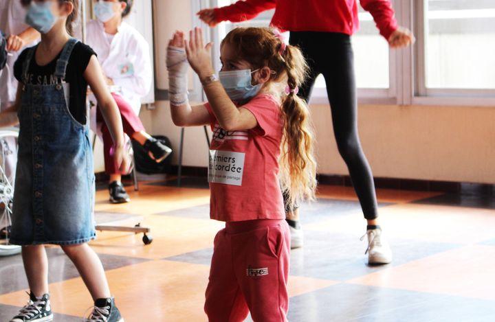 Lydie, 5 ans, ne s'arrête plus de danser.