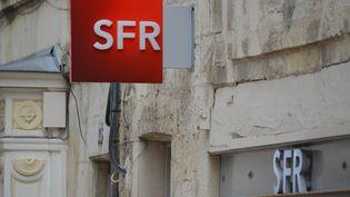 Une enseigne SFR, photographiée à La Rochelle (Charente-Maritime), le 28 juillet 2016. (CITIZENSIDE / FABRICE RESTIER)